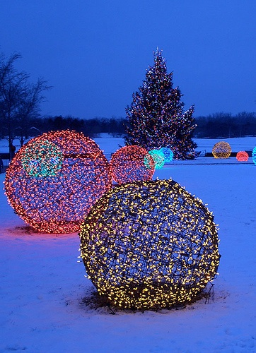diy christmas lights wire balls - Blue And White Outdoor Christmas Decorations