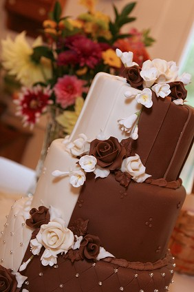 Tiered Cake In Vanilla And Chocolate Flavor