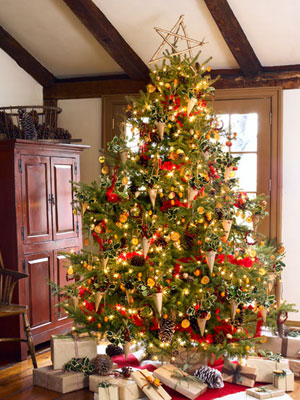Decorating An Old Fashioned Christmas Tree - Dot Com Women